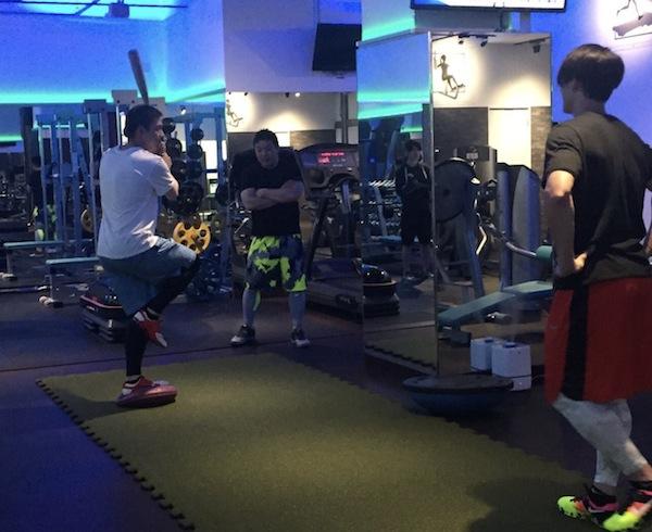栗山選手トレーニングをじっくり見る陽岱鋼選手