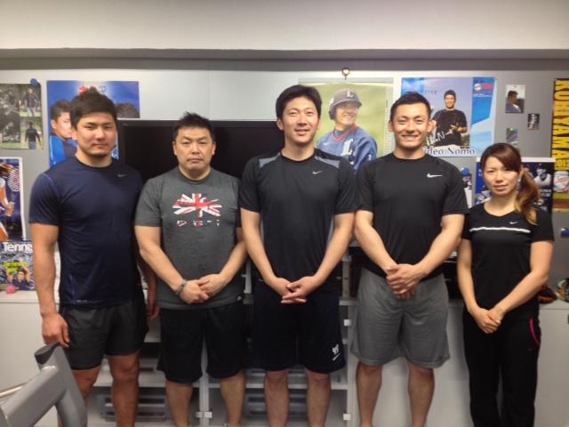 左から、西原忠佑選手、私、上本達之選手、栗山巧選手、井上希プロ