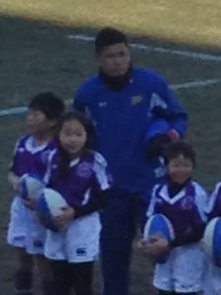子ども達と映る西原選手 その1