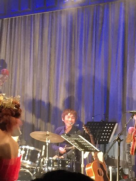 ドラムは偶然松山千春さんのバックミュージシャンの田中さん