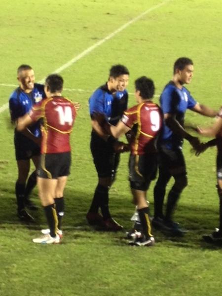 相手選手と握手を交わす西原選手